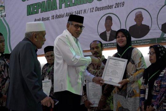 Pemerintah Aceh serahkan 23 sertifikat halal bagi pelaku usaha