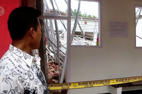 Atap sebuah SDN yang baru direnovasi di Jember ambruk
