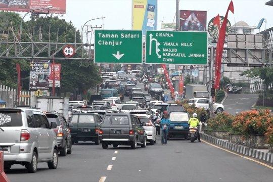 Senin, ribuan kendaraan bergerak naik ke Puncak Bogor