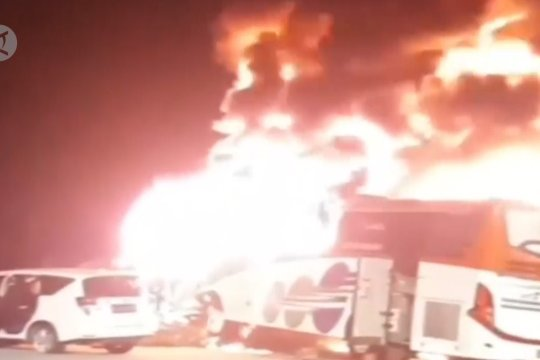 Dua bus tabrakan dan terbakar di Gerbang Tol Kalikangkung