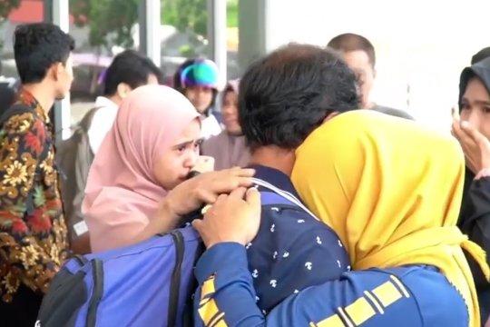 Dua sandera Abu Sayyaf disambut haru keluarga