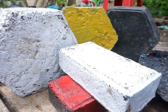 Menyulap sampah plastik jadi eco paving block