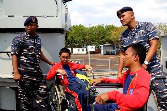 Puluhan anak disabilitas rasakan sensasi kapal perang TNI AL