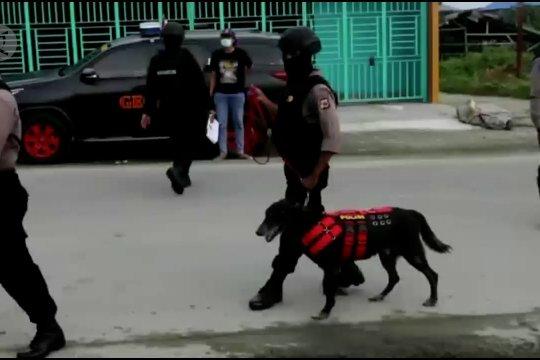 Densus 88 geledah rumah dua terduga teroris di Jayapura