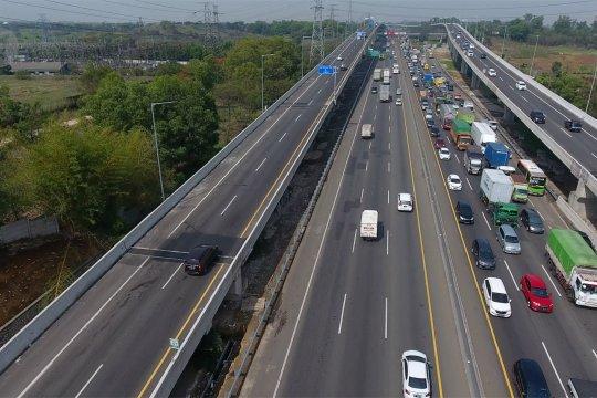 H-2 jelang Natal arus lalu lintas Tol Japek ramai lancar