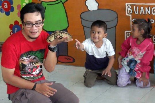 Pecinta reptil ajarkan cara menghadapi ular pada anak-anak