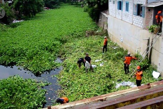 Masuk musim hujan BPBD Cirebon dan TNI bersihkan sungai