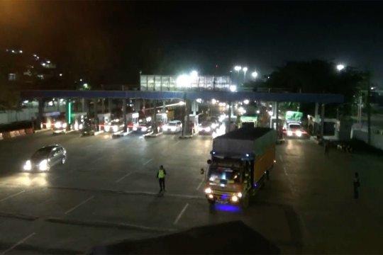 H-5 arus lancar, Kendaraan truk masih melintas di Pelabuhan Merak