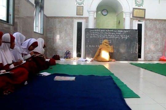 Puluhan siswa SDN Keting 2 Jember belajar di mushala
