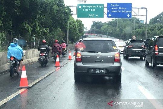 Jalan TB Simatupang banjir, kendaraan bermotor dialihkan ke jalan tol