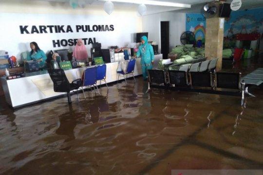 RS Kartika Pulomas Jakarta Timur masih tergenang banjir