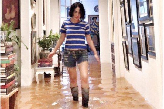 Yuni Shara mengungsi akibat banjir