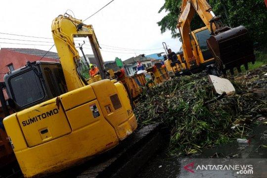 Pemkot Tangerang kerahkan alat berat angkut eceng gondok di kali