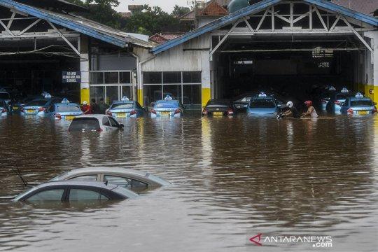 Round up - Jakarta dikepung banjir, ribuan orang terpaksa mengungsi