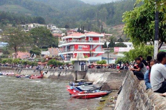 Ribuan wisatawan kunjungi Telaga Sarangan Magetan libur Tahun Baru