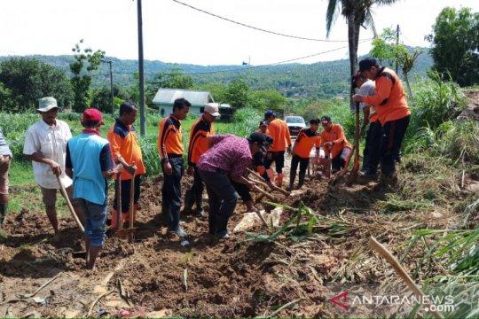 Material longsoran tanah di Waru-Madura dibersihkan tim gabungan