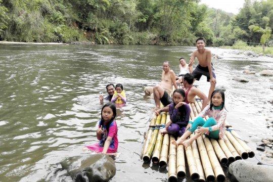 """Sensasi """"bamboo rafting"""" yang memikat wisatawan ke Loksado"""