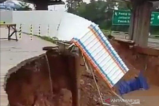 Jalan warga dekat proyek kereta cepat di Bekasi amblas