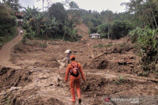 Longsor di Bogor isolir 11 desa dan tiga orang hilang tertimbun tanah