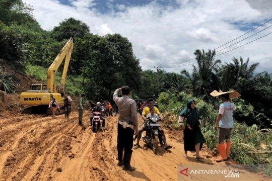 Polisi kerahkan tiga anjing pelacak cari korban longsor di Bogor
