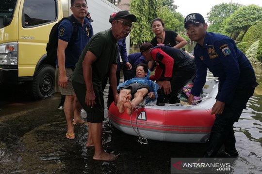 Pemkot Jakbar ingatkan warga dahulukan evakuasi lansia saat banjir