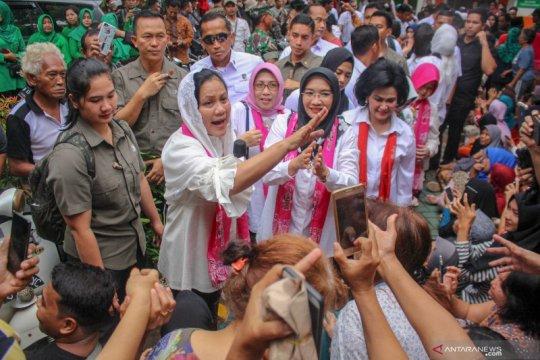Iriana Joko Widodo kunjungi korban banjir di Periuk Tangerang