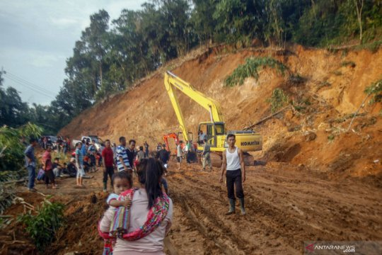 Pembukaan akses jalan tertutup longsor di Sukajaya