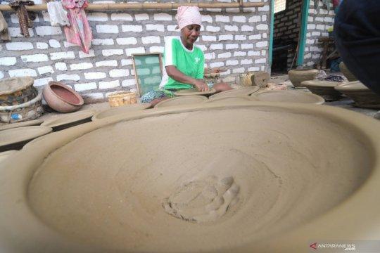 Perajin cobek tanah liat di Pamekasan