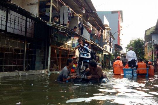 Ragam hal unik banjir Teluk Gong, evakuasi motor sampai dagang makanan