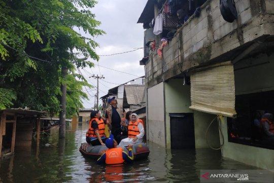 Berperahu karet, Grace Batubara harapkan korban banjir mau dievakuasi