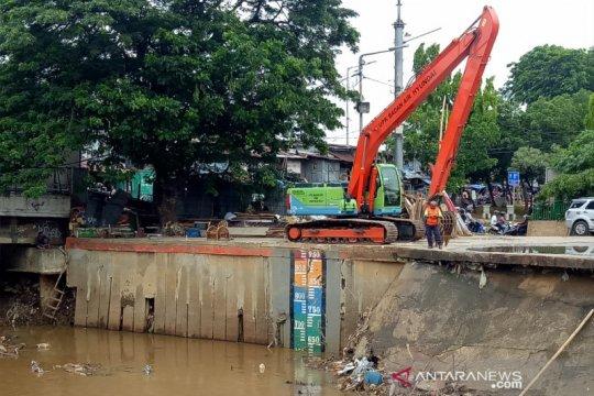Pintu air Manggarai kembali normal  didukung dua truk sampah saja
