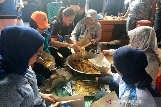 Makan di posko banjir, Grace Batubara sebut masakan dapur umum enak