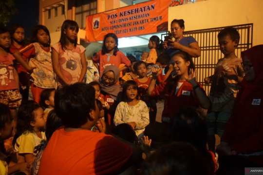 PMI Jaktim hibur anak korban banjir di pengungsian
