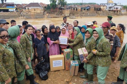 Korban banjir Lebak mendapat bantuan Persit KCK 064 Maulana Yusuf