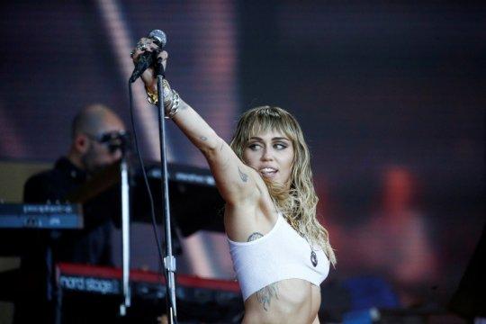 Miley Cyrus batalkan konser amal di Australia karena virus corona