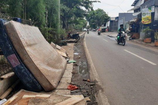 Kasur hingga mainan ular raksasa menumpuk di pinggir jalan Rawa Buaya