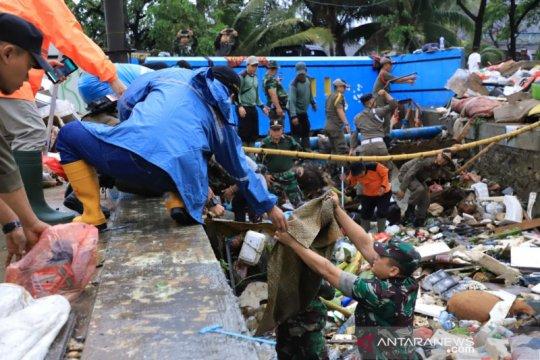 1.000 petugas gabungan bersihkan sampah bekas banjir Tangerang