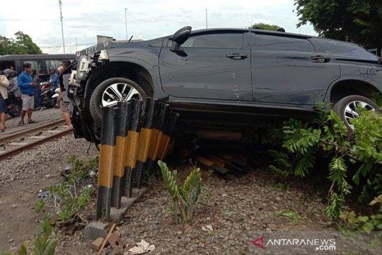 KA tabrak mobil di Sidoarjo, pengemudi tewas, enam penumpang luka