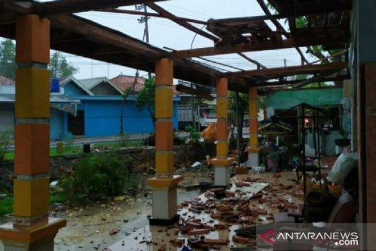 Angin kencang rusak bangunan di tiga kecamatan di Pamekasan