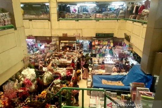Empat hari usai banjir, pedagang di Pasar Jatinegara kembali berjualan