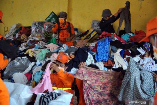 Bantuan logistik bagi korban tanah longsor di Sukajaya Bogor