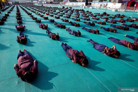 Yoga massal siswa di India