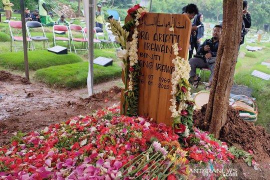 Kemarin, Ria Irawan meninggal hingga X1 bubar