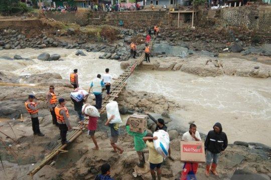 Berjibaku menyalurkan bantuan korban banjir dan longsor