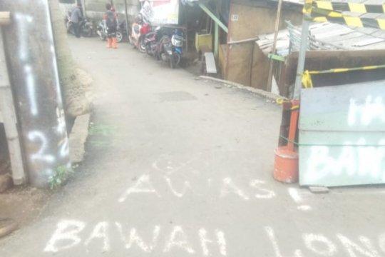 Akses warga Penggilingan Cakung terputus akibat jalan amblas
