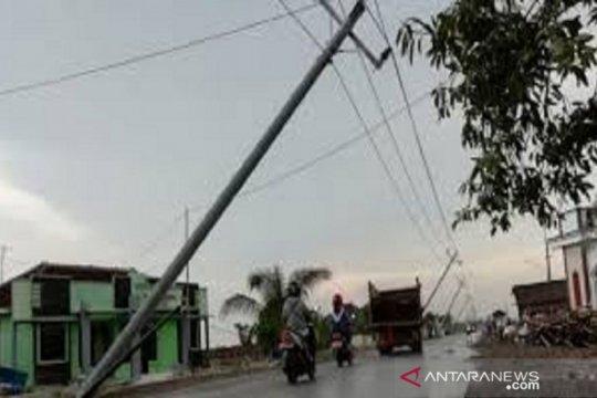 Tiang listrik ambruk di Jalan Haji Saanan Kembangan Utara
