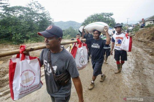Bantuan logistik untuk korban banjir dan longsor Sukajaya