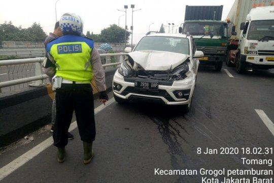 Empat kendaraan terlibat kecelakaan beruntun di Jalan Layang Grogol