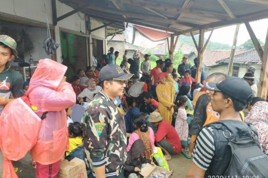Banser siaga bencana evakuasi warga terisolasi banjir Lebak