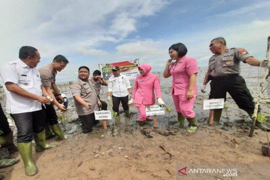 Polres Kotim tanam 1.000 mangrove di Pantai Ujung Pandaran